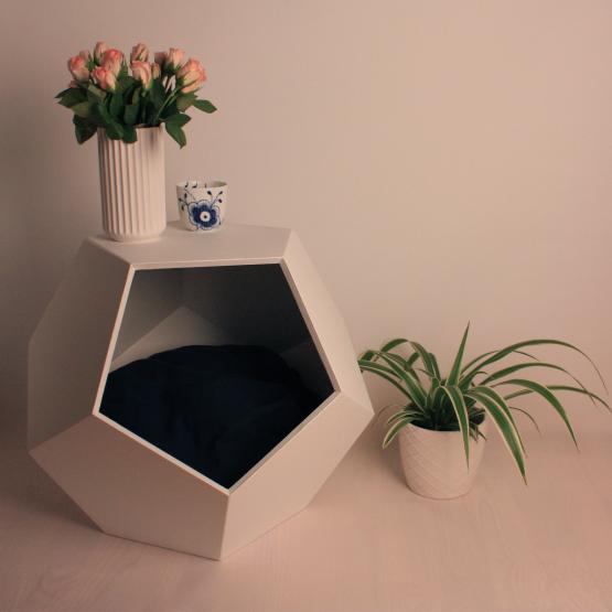 Moderne hunde- & kattehus. Hunde- & kattehuset er samtidig brugt som bord med en vase og lys ovenpå.